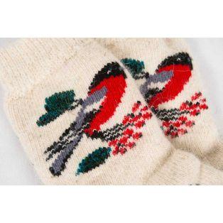 Вязаные шерстяные носки украшенные рисунком снегирей