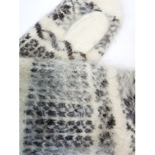 Варежки женские с узорами и снежинками