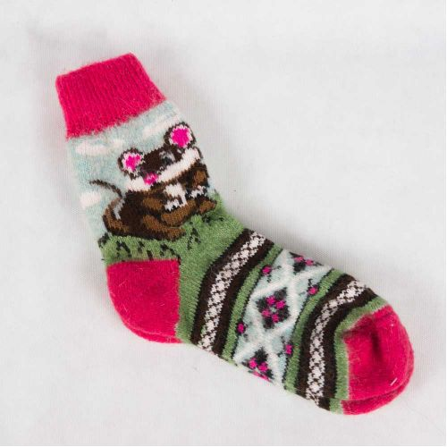 Вязаные зимние носки с интересным геометрическим орнаментом и мышонком