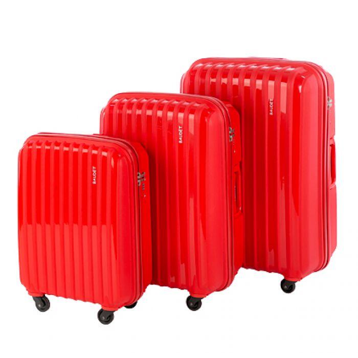 Пластиковый чемодан на четырех колесах алый