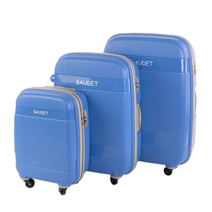 Пластиковый чемодан на четырех колесах небесно-голубой