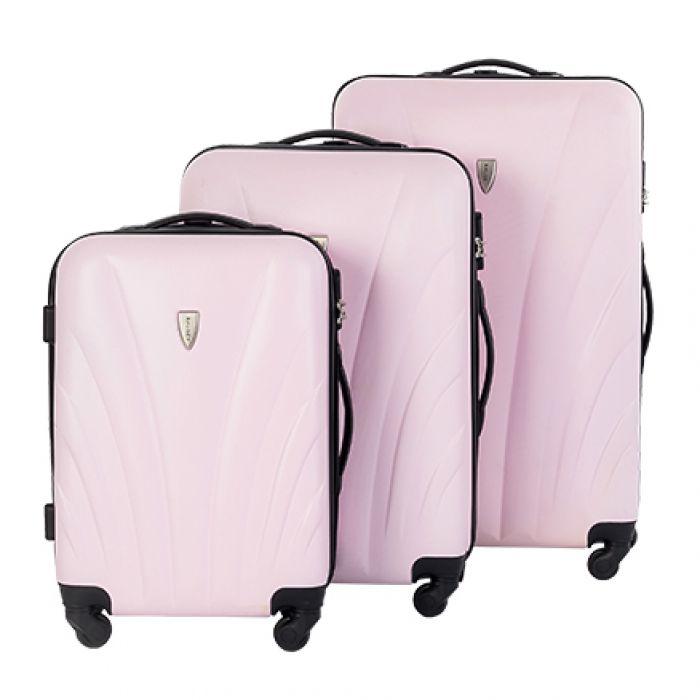 Пластиковый чемодан на четырех колесах нежно-розовый