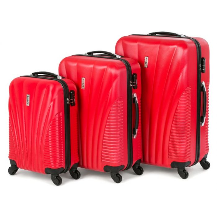 Пластиковый чемодан на четырех колесах ярко-красный
