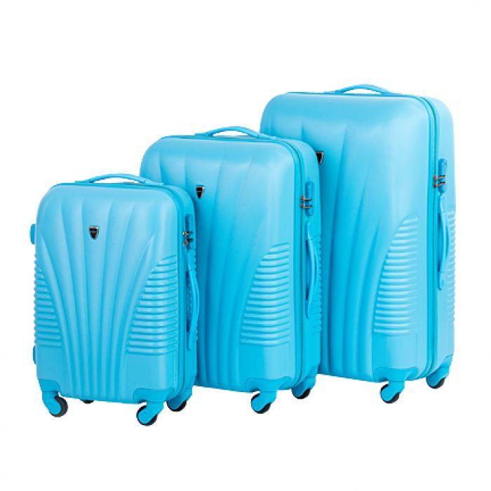 Пластиковый чемодан на четырех колесах голубой