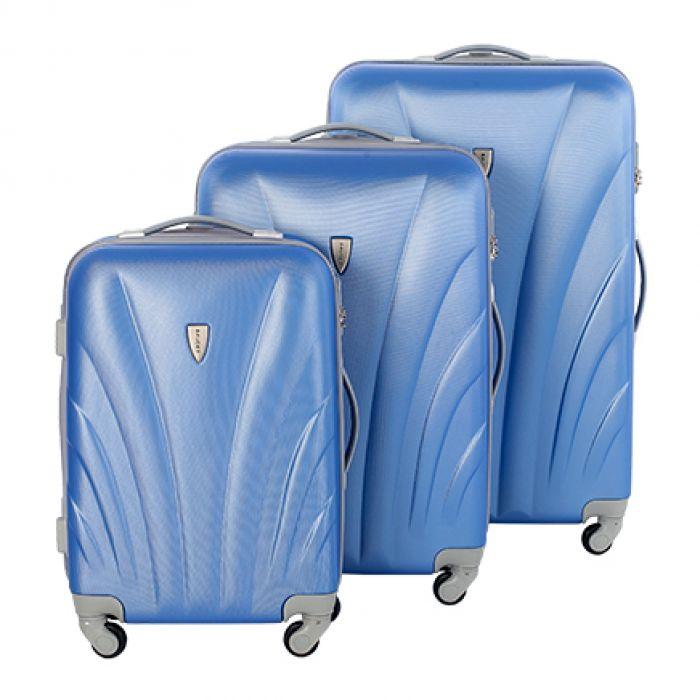 Пластиковый чемодан на четырех колесах нежно-фиалковый