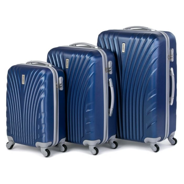 Пластиковый чемодан на четырех колесах темно-синий
