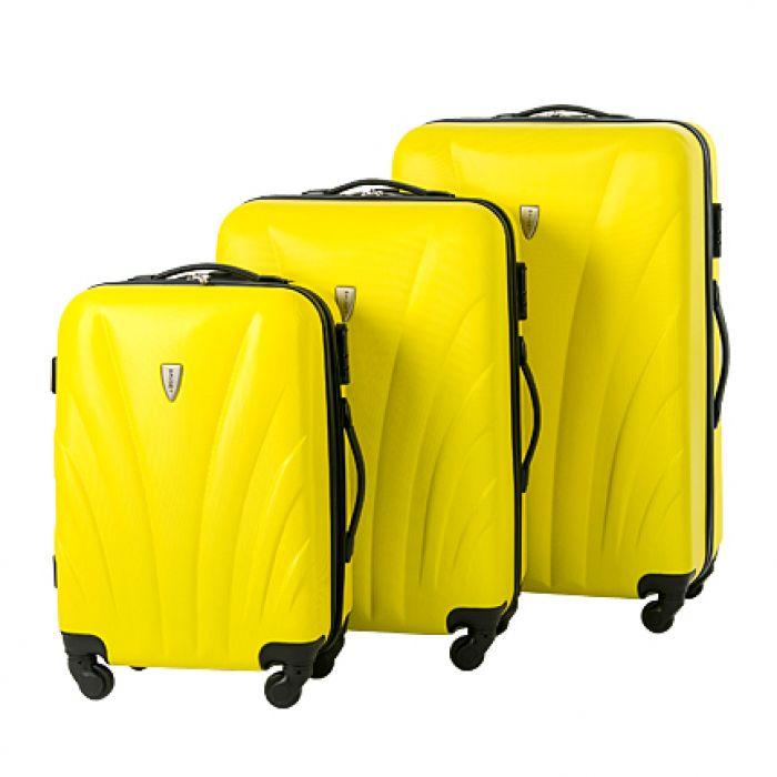 Пластиковый чемодан на четырех колесах ярко-желтый