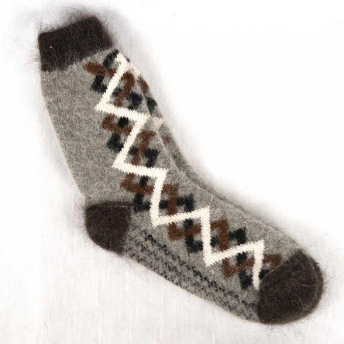 Удобные шерстяные носки сероватого оттенка с черным узором