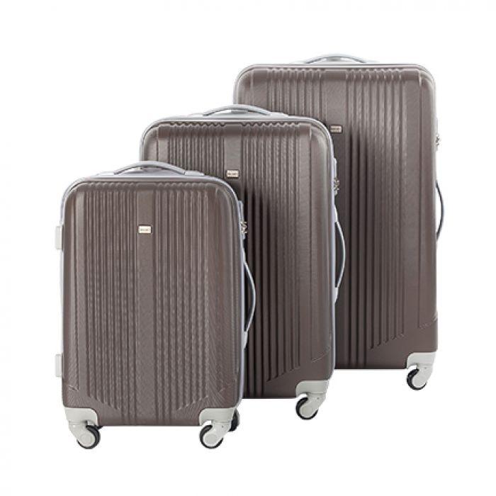 Пластиковый чемодан на четырех колесах кофе