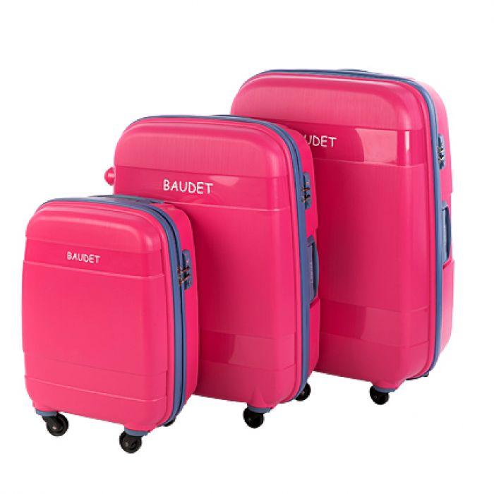 Пластиковый чемодан на четырех колесах розовый