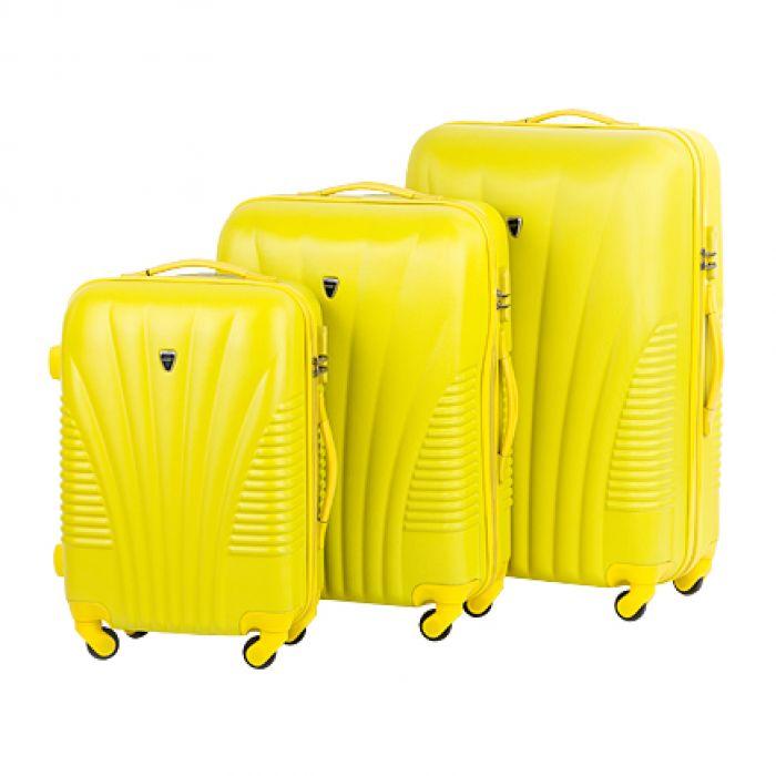 Пластиковый чемодан на четырех колесах лимонный