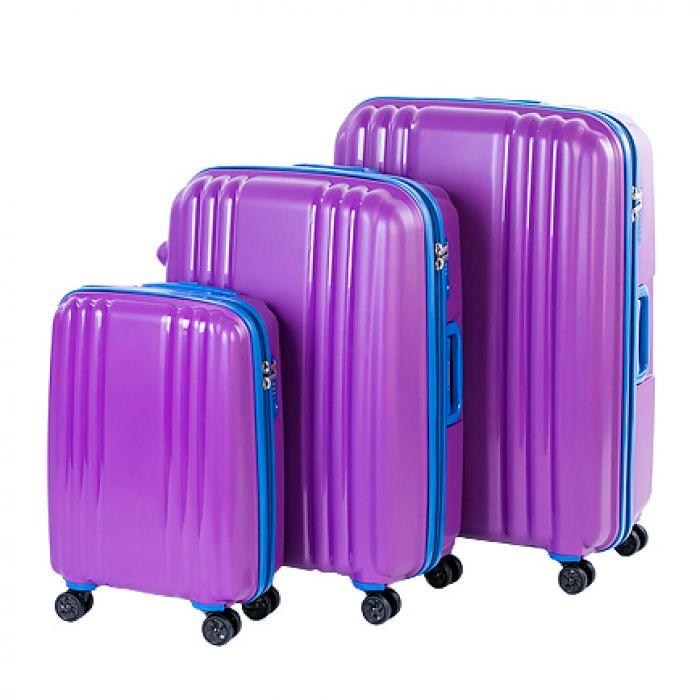 Пластиковый чемодан на четырех колесах фиалковый
