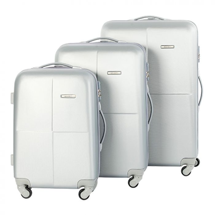 Пластиковый чемодан на четырех колесах серебристый