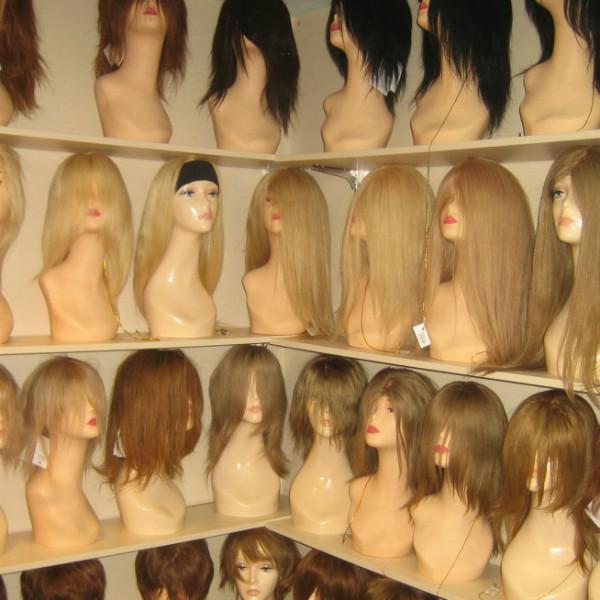 Чем различаются парики машинной работы из натуральных волос и искусственных